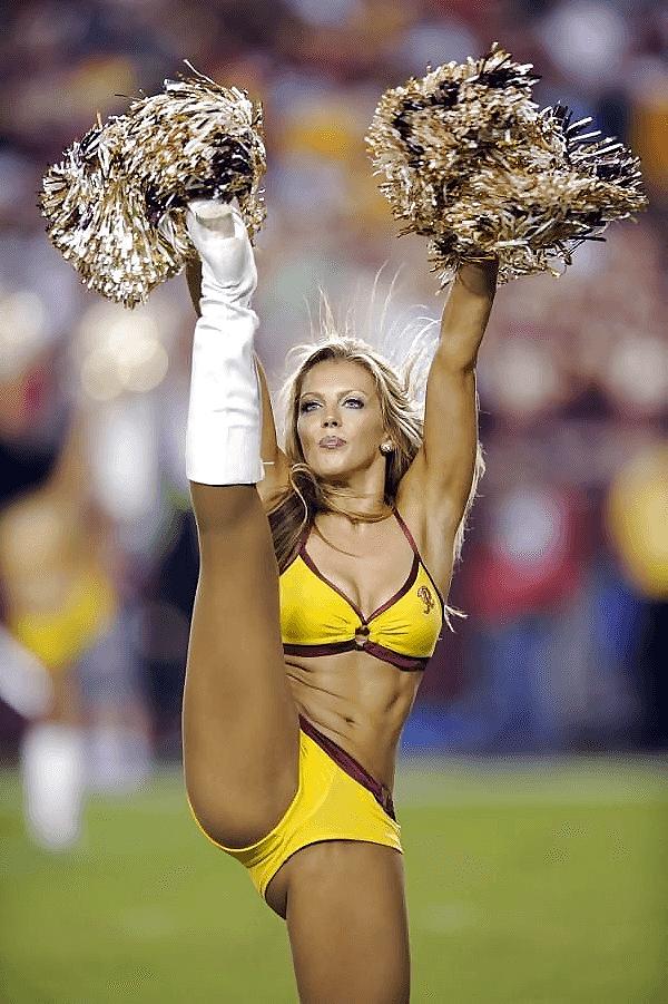 Hot Cheerleaders Astoniching Pose O List